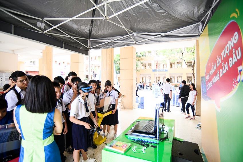 Các bạn học sinh được trải nghiệm những sản phẩm công nghệ hiện đại tại VTM Tour 3