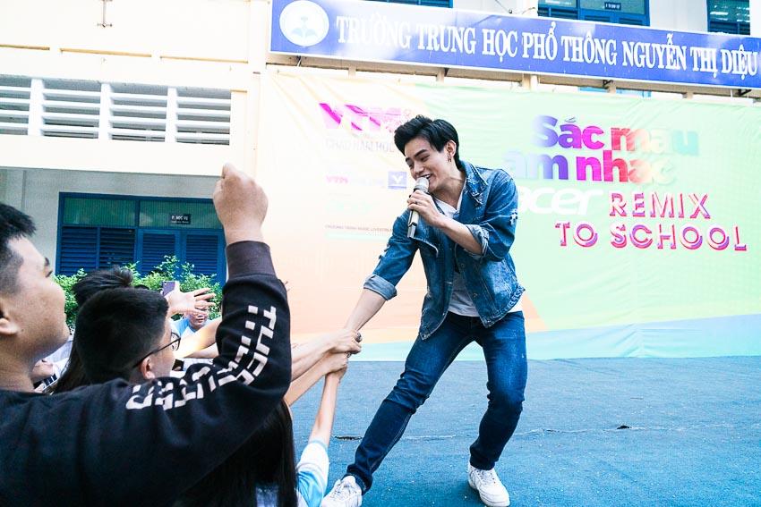 Tino nhận được khá nhiều tình cảm từ các bạn học sinh trường THPT Nguyễn Thị Diệu