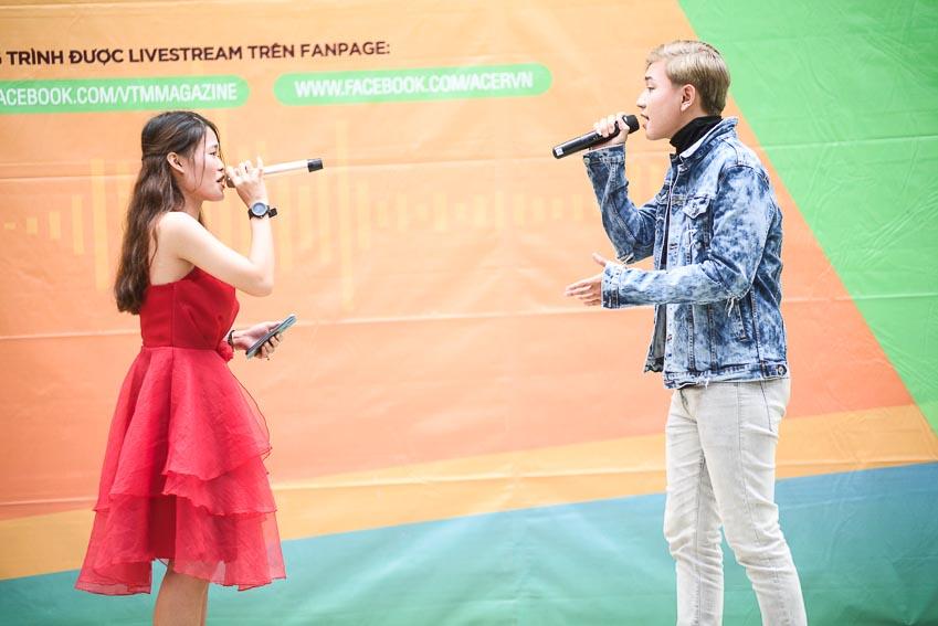 Ca sĩ Zem song ca cùng một bạn nữ sinh trường THPT Nguyễn Hữu Cảnh