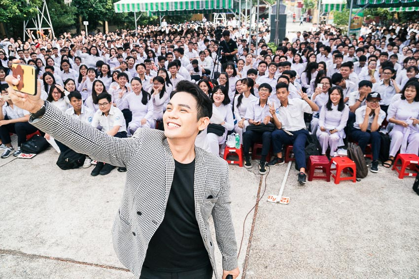 Ca sĩ Sơn Ngọc Minh chụp ảnh cùng các bạn học sinh 1