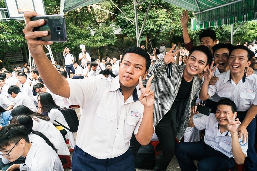 Ca sĩ Sơn Ngọc Minh chụp ảnh cùng các bạn học sinh 2