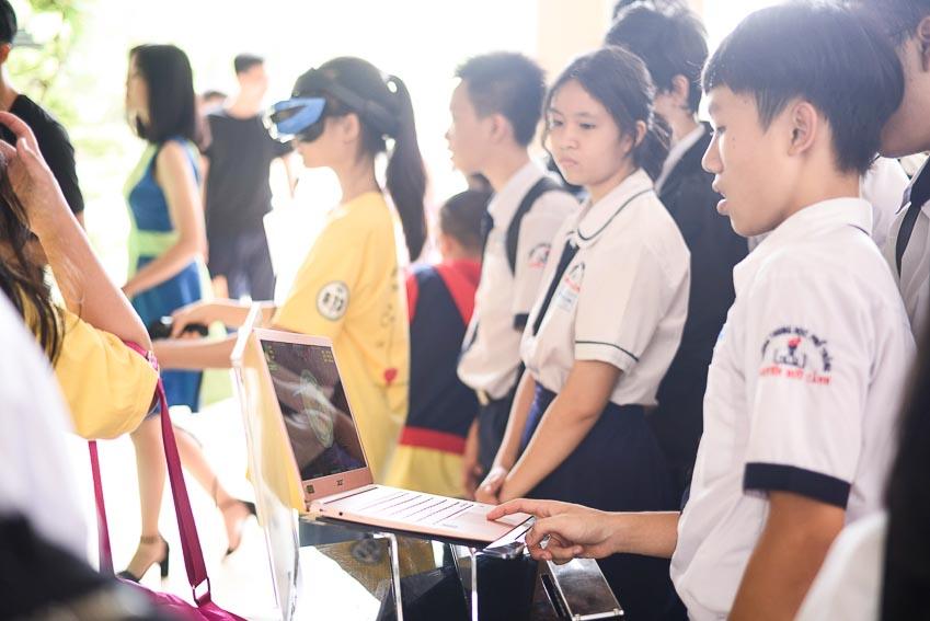 Các bạn học sinh được trải nghiệm những sản phẩm công nghệ hiện đại tại VTM Tour 1