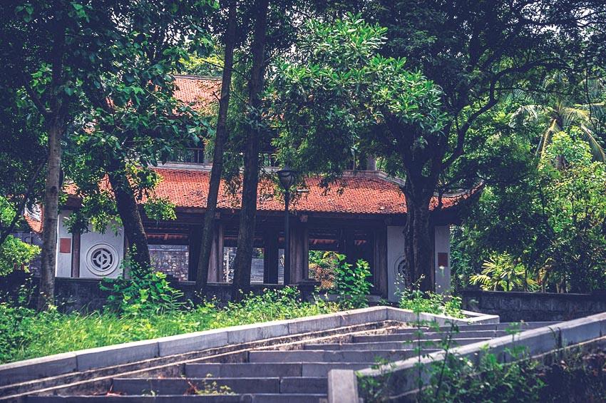 Chùa nằm trong khuôn viên trên núi xanh mát