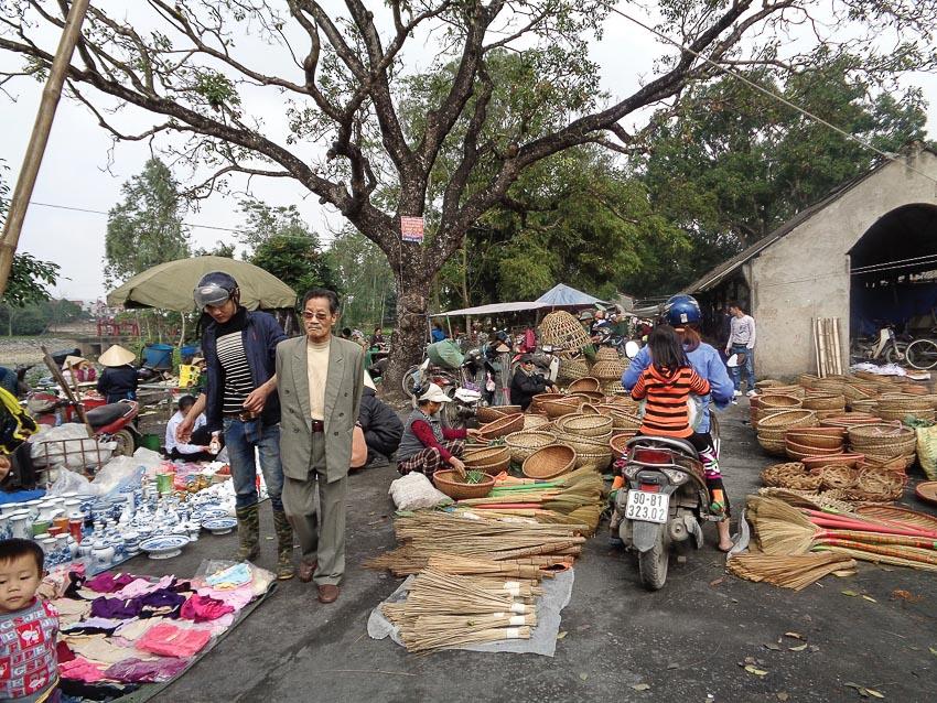 Chợ quê ở gần chùa