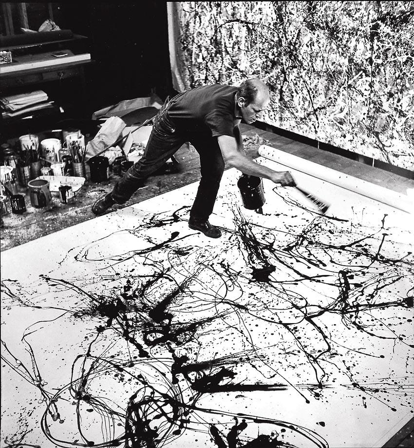 Pollock đang vẽ tranh với kỹ thuật vẩy sơn của ông