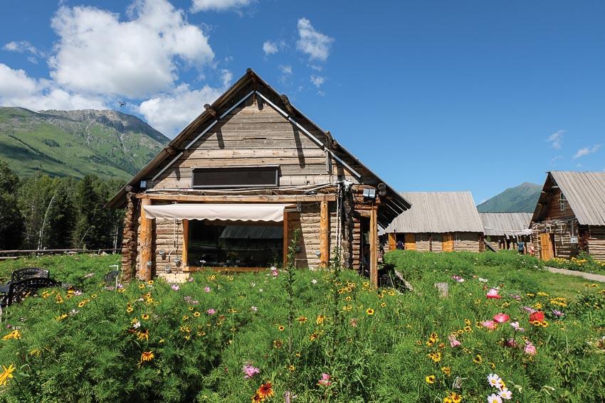 Những ngôi nhà gỗ ở làng Hemu