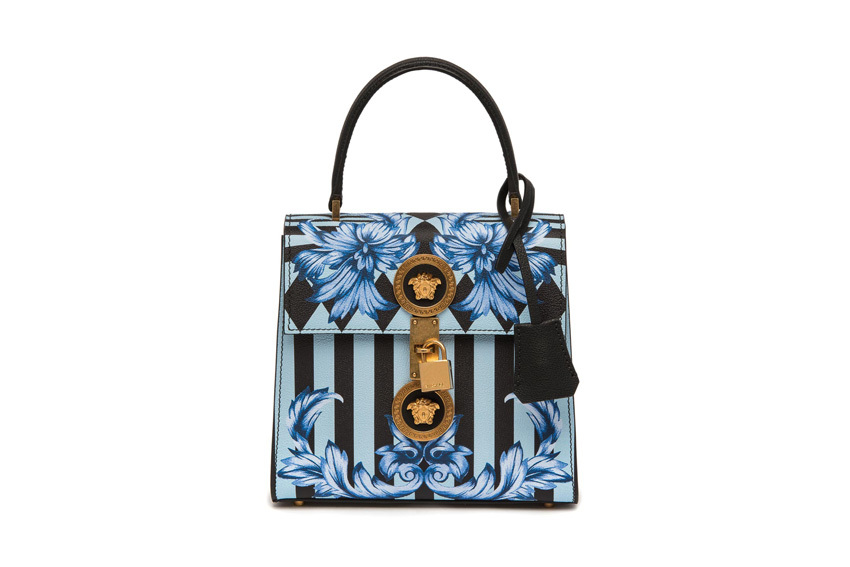 Túi xách với họa tiết và phần khóa đặc trưng của Versace