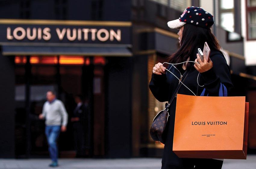 Người phụ nữ vừa mua hàng ở Louis Vuitton