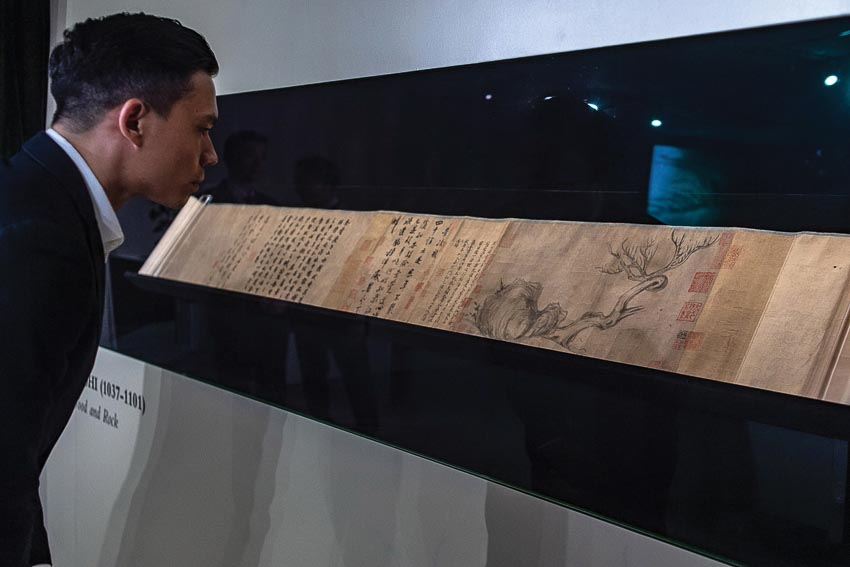 Xem tranh và toàn bộ họa quyển được triển lãm tại nhà Christie's ở Hongkong