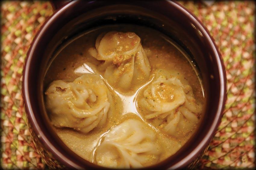 Cũng có thể dọn momo ngập trong tương jhol như cách ăn của người Nepal