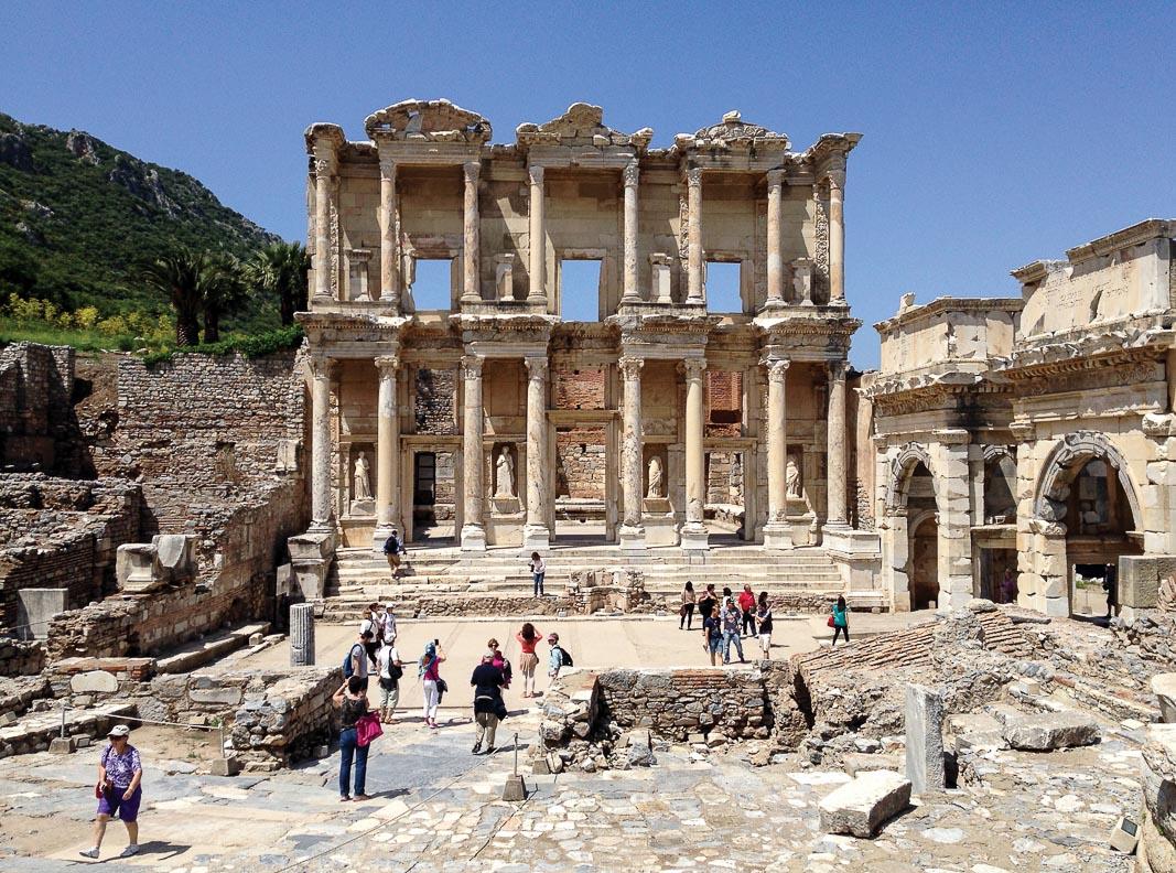 Thư viện Celsus nhìn từ lối vào chính