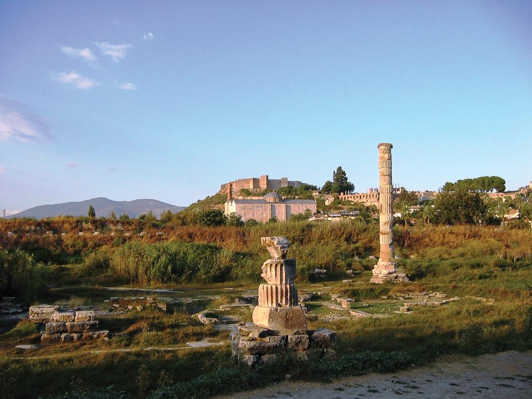 Đền Artemis lừng danh giờ đổ nát giữa cỏ dại