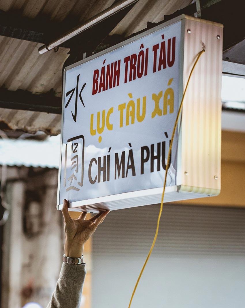 Bảng hiệu một quán bán lục tàu xá, chí mà phù (chè mè đen) và bánh trôi tàu (chè xôi nước, theo cách gọi ở miền Nam) ở Hà Nội