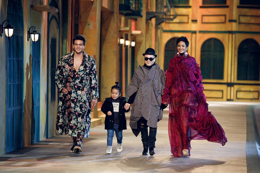 Đỗ Mạnh Cường xuất hiện ở cuối sô với H'Hen Niê, người mẫu nam Lê Xuân Tiền và con trai nuôi của mình
