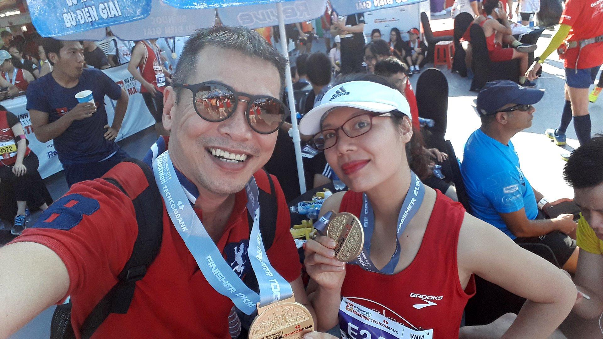Với nữ hoàng marathon của BTT — với Tran Tien Dung và Xuan Khuong tại Cầu Thủ Thiêm. | Ảnh: TTD
