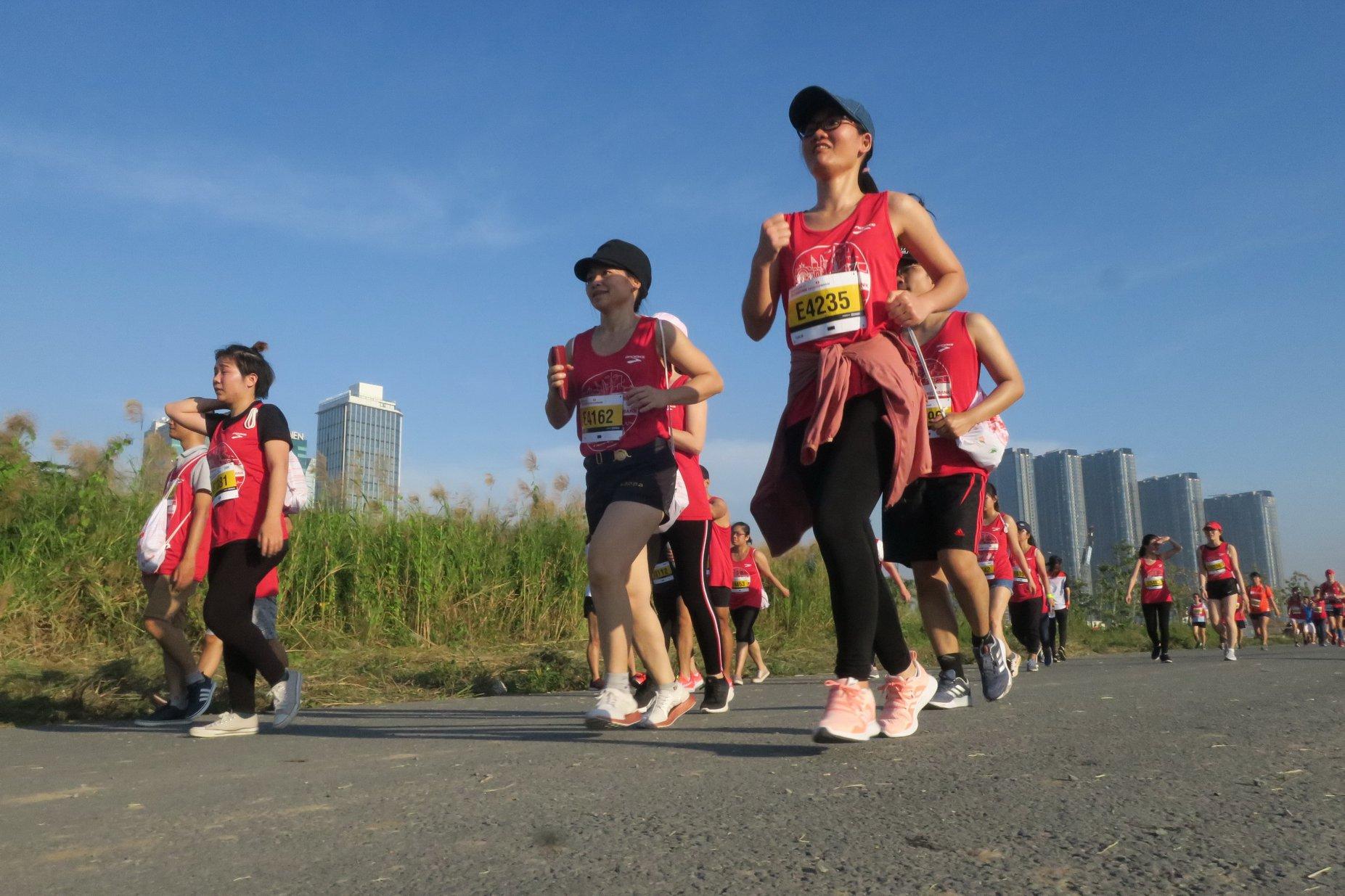 Các vđv (đường chạy 10km) chạy ở khu Thủ Thiêm, Q2. | Ảnh: TTD