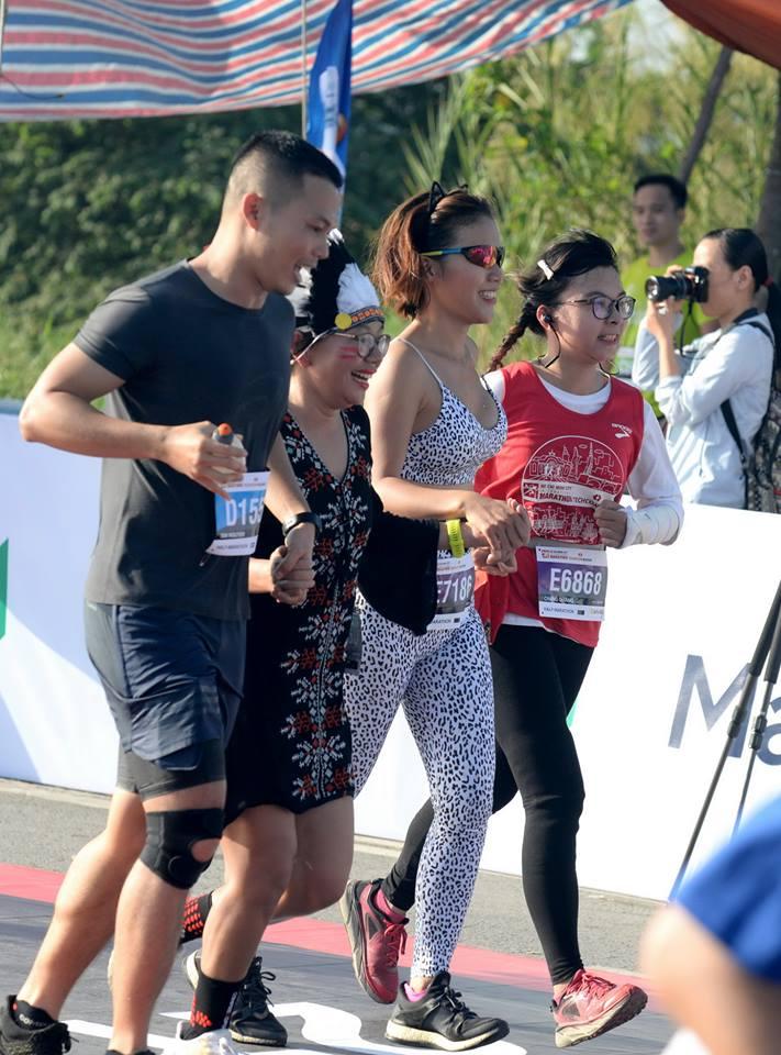 Nhóm vđv bán marathon đến đích với hóa trang người da đỏ.