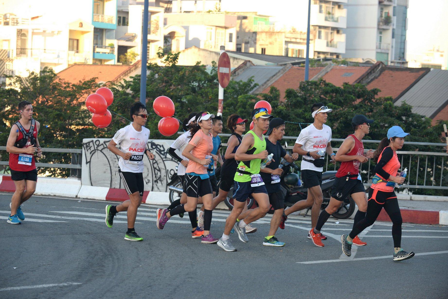 Các vđv marathon chạy qua cầu Calmette, Q1, TP.HCM. | Ảnh: TTD