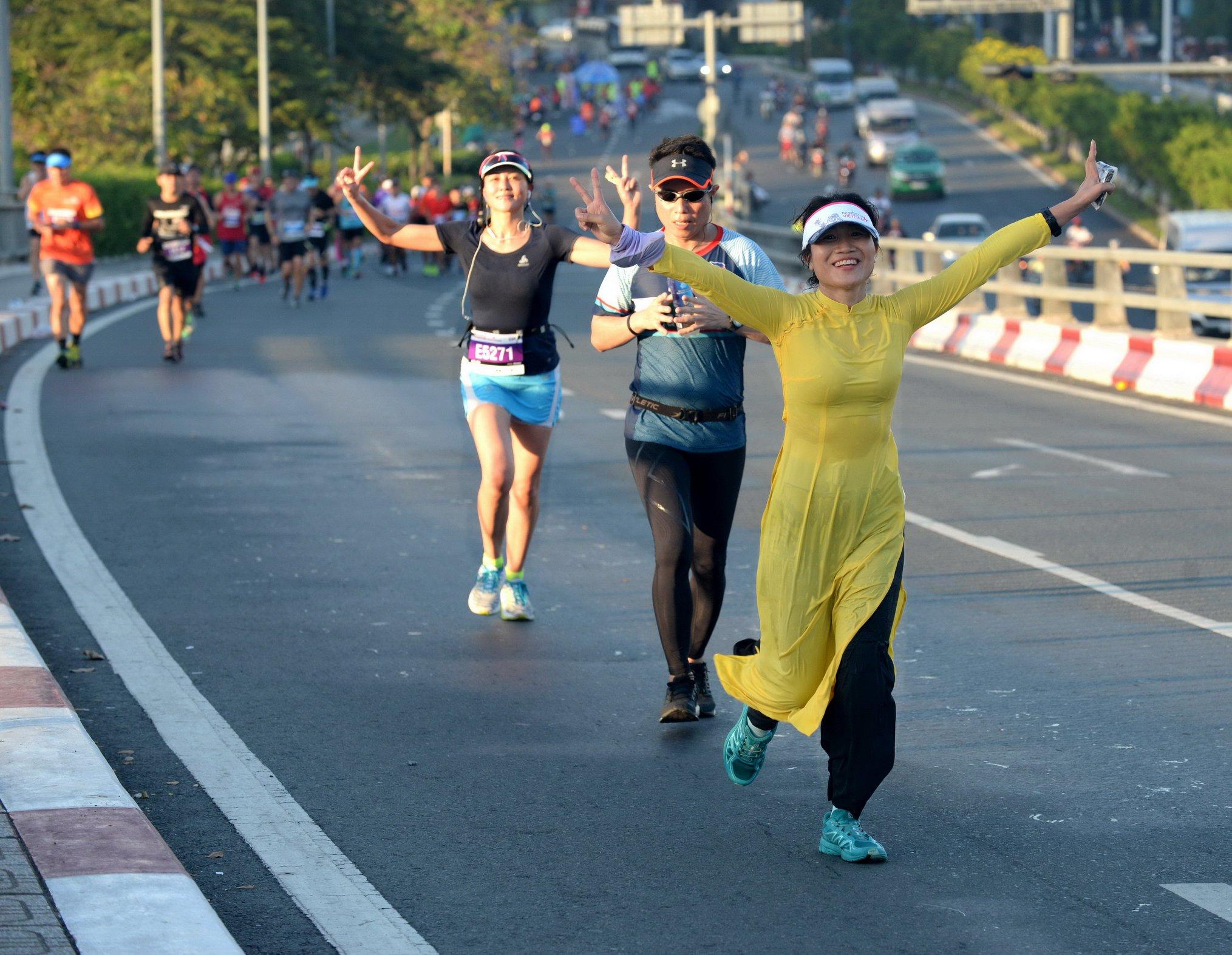 VĐV Lệ Chi mang áo dài trên đường chạy marathon nữ. | Ảnh: TTD