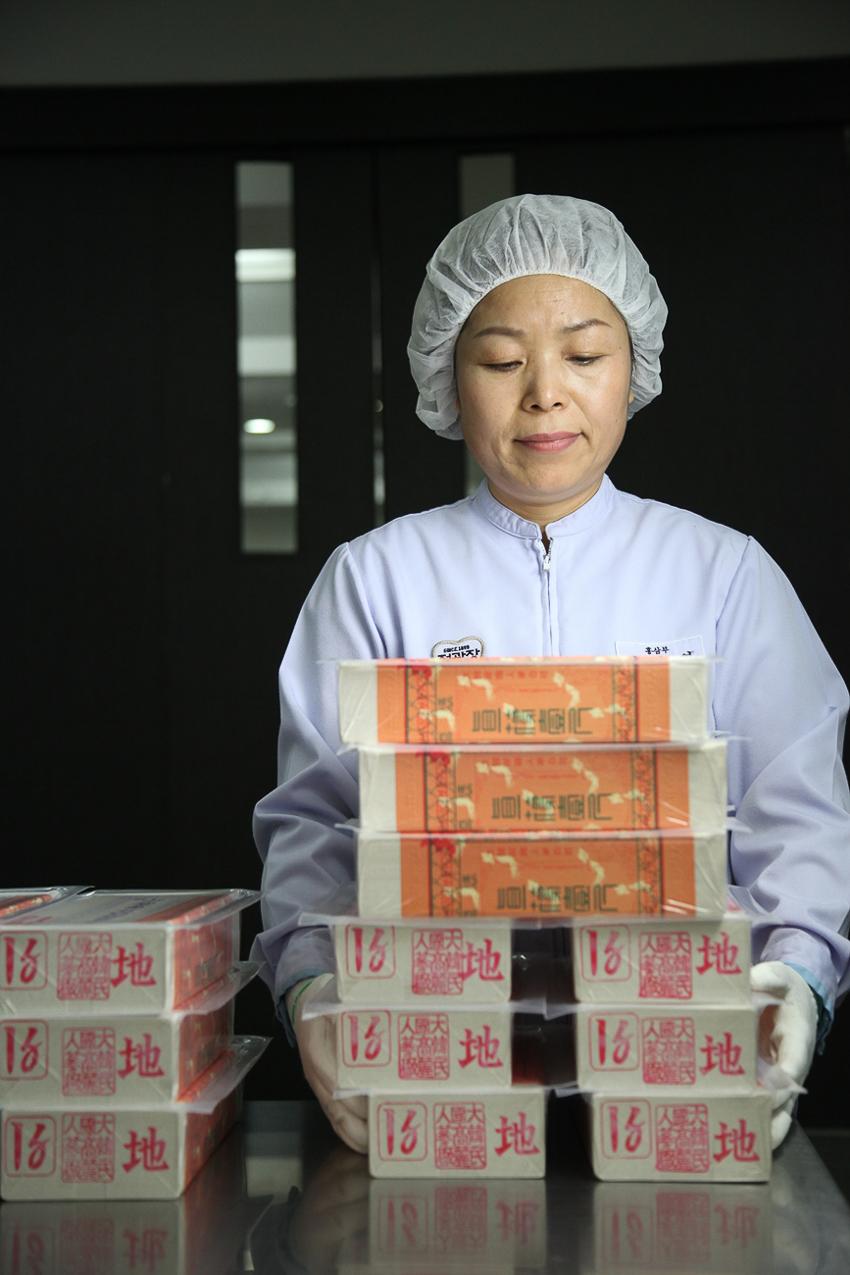 Cuối cùng, sâm được đem đi làm ẩm và đóng gói, sẵn sàng đưa ra thị trường tiêu thụ.
