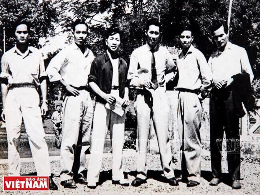 Từ trái – Trần Đức Hợp, Nguyễn Văn Thông, Phan Dương Bình, Sáng tổ Nguyễn Lộc, Bùi Thiện Nghĩa, … tại Sở Thú Sài Gòn 1955. Đây là một số võ sư tập luyện ở miền Bắc từ 1949 đến 1954. | Tư liệu Vothuat.vn