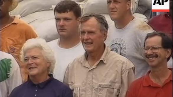 """Cựu tổng thống Bush """"cha"""" trong chuyến thăm Việt Nam năm 1995 - Ảnh chụp màn hình AP"""