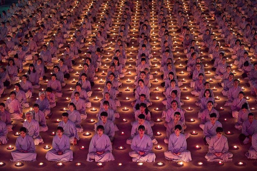 Bức ảnh Phật tử cầu nguyện trong top 70 ảnh đẹp nhất năm của NatGeo 1