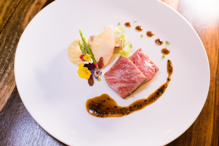 Bò Hida – món bò nằm trong top 3 loại thịt bò ngon nhất tại Nhật Bản. Thịt bò Hida được cho là mềm đến mức gần như tan chảy trong miệng với hương vị thơm ngon hảo hạng.