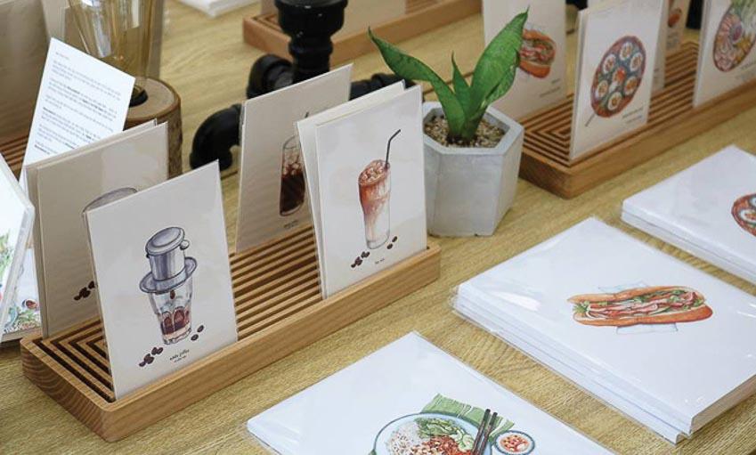 """Cafe Phin sữa đá, bánh mì, bánh bèo chén Huế (thuộc bộ sưu tập """"Món ngon 3 miền"""" của họa sĩ Lê Rin) qua sổ và postcard của Monosketch"""
