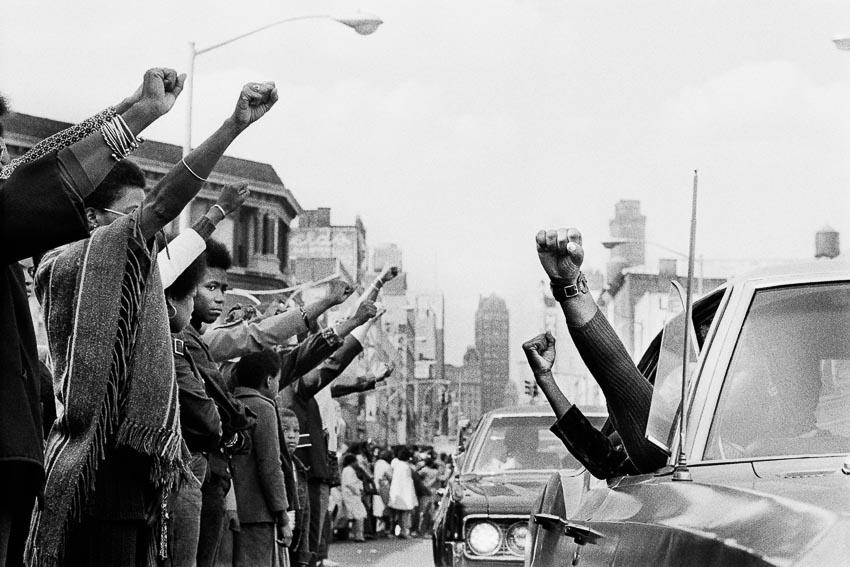 Công chúng tôn vinh 6 tù nhân da đen bị giết tại Attica Correctional Facility với biểu tượng sức mạnh của người da màu - Brooklyn, 1971