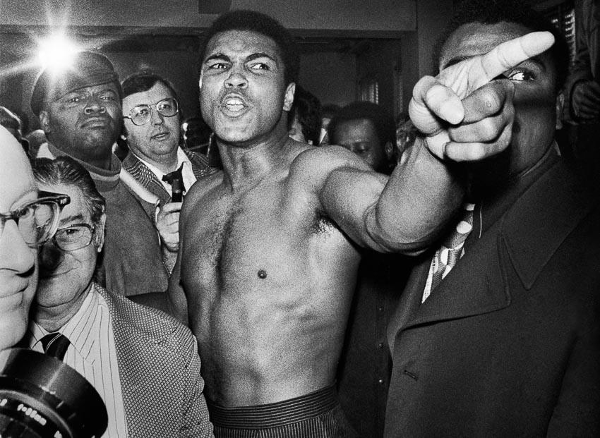 Muhammad Ali trong khi bàn luận chiến thuật trước trận đấm bốc thứ 2 với Joe Frazier ở New York, tháng 1-1974
