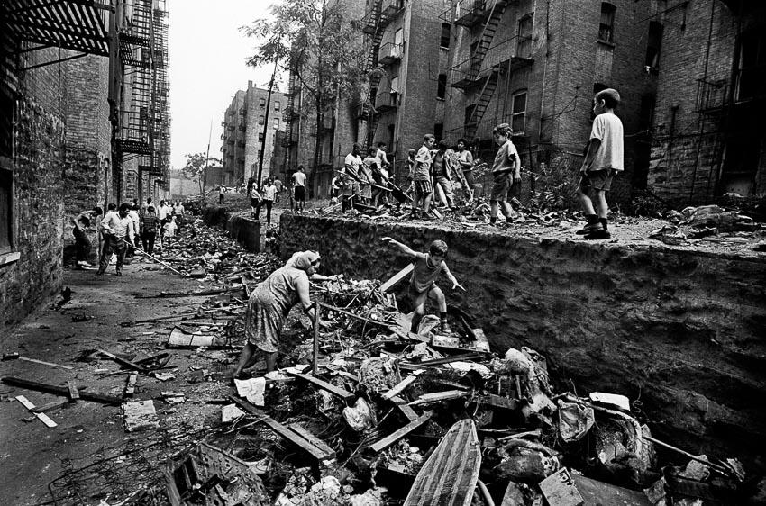 Trẻ em vui chơi trong lúc người lớn dọn dẹp tại Bronx, Tháng 7-1966