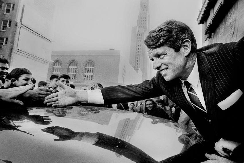 Nghị sĩ Robert F. Kennedy của New York gặp mặt người ủng hộ trong chiến dịch tranh cử Tổng thống tại Fort Greene, Brooklyn, tháng 4-1968