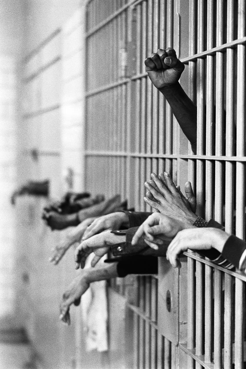 """Những cánh tay sau chấn song tại Khu giam giữ Manhattan, còn được biết dưới cái tên """"Ngôi mộ"""""""