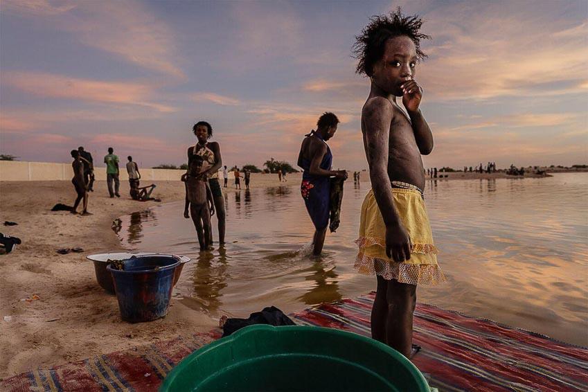 Cư dân đến tắm và giặt giũ ở khu vực bãi tắm cảng Timbuktu, Mali, một quốc gia ở Tây Phi