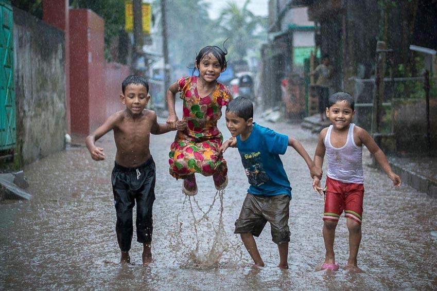 Những đứa trẻ tắm mưa ở Akua, Sadar, Bangladesh