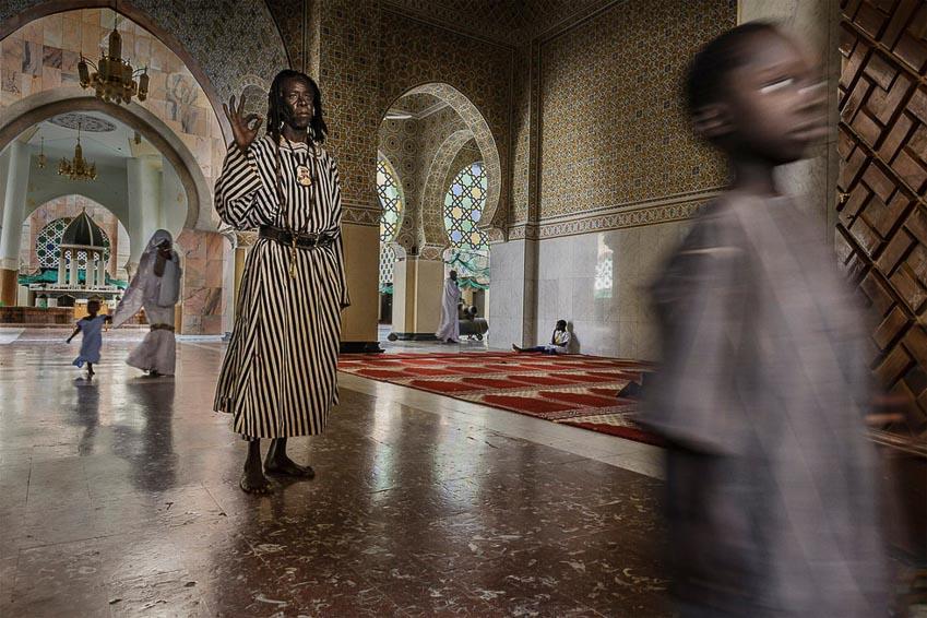 Một thành viên của người Hồi giáo Senegal đang thực hiện một nghi thức truyền thống tại Nhà thờ Hồi giáo Touba, Senegal