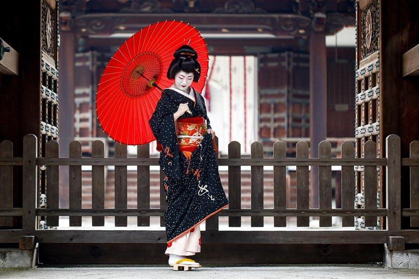 Thiếu nữ Nhật trong trang phục truyền thống tại một đền cổ ở thủ đô Tokyo, Nhật