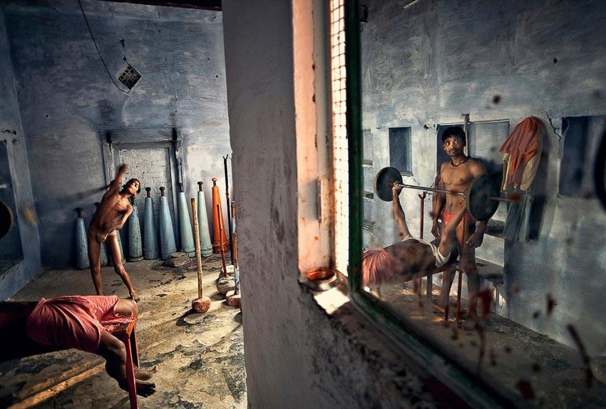 Những thanh niên đang rèn luyện cơ bắp trong một phòng tập, chuẩn bị những kỹ năng cần thiết để chơi môn đấu vật ở thành phố Varanasi, Ấn Độ