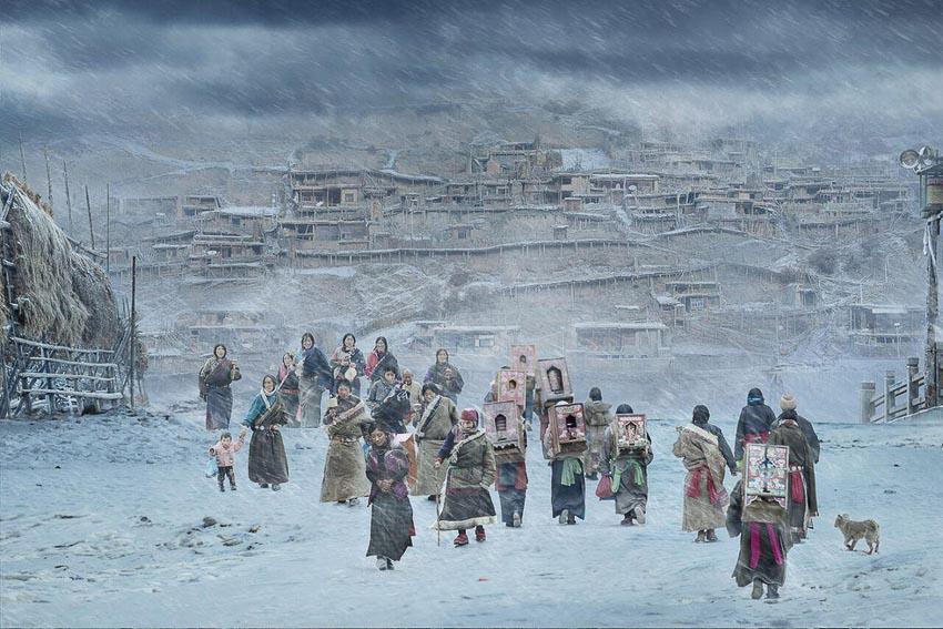 Phật tử Tây Tạng trong một chuyến hành hương đến Tu viện Labrang, tỉnh Tam Cúc, Trung Quốc trong tiết trời mùa đông giá rét