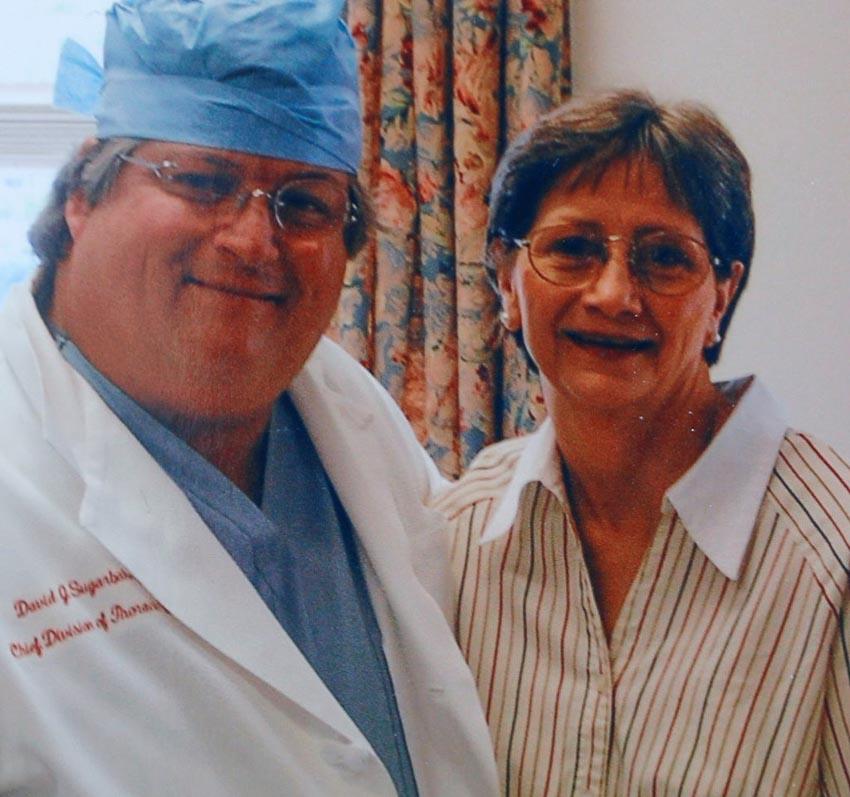 Bà Darlene Coker cùng bác sĩ phẫu thuật của mình. Ảnh: Reuters.