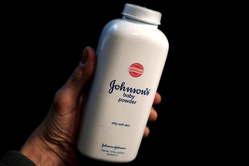 Sản phẩm phấn rôm của Johnson & Johnson dính phải hàng nghìn vụ kiện cáo buộc chứa chất gây ung thư. Ảnh: Reuters.