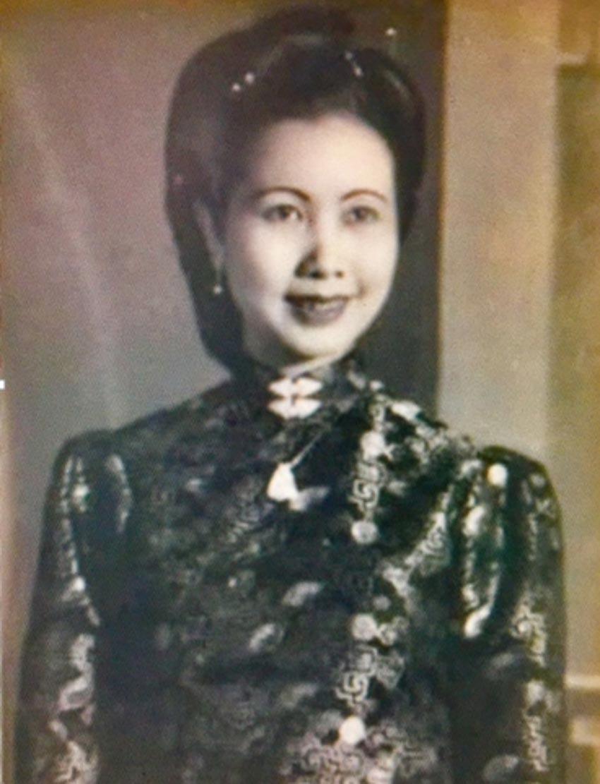 Cô Phượng người đẹp nổi tiếng Hà Nội, tức bà Hoàng Tích Chù, trong trang phục áo dài