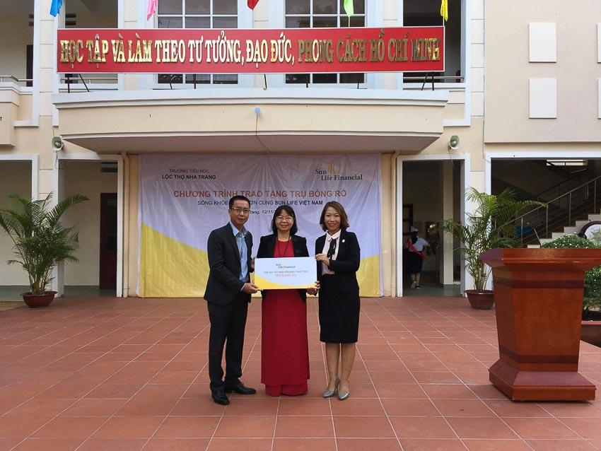 Sun Life Việt Nam phối hợp với các trường học lắp đặt trụ bóng rổ cho học sinh 2