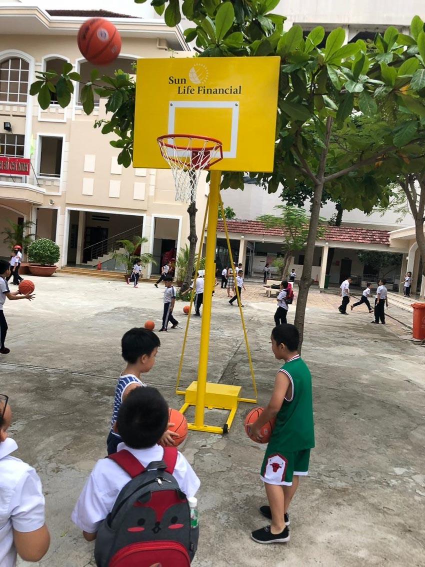 Sun Life Việt Nam phối hợp với các trường học lắp đặt trụ bóng rổ cho học sinh 3