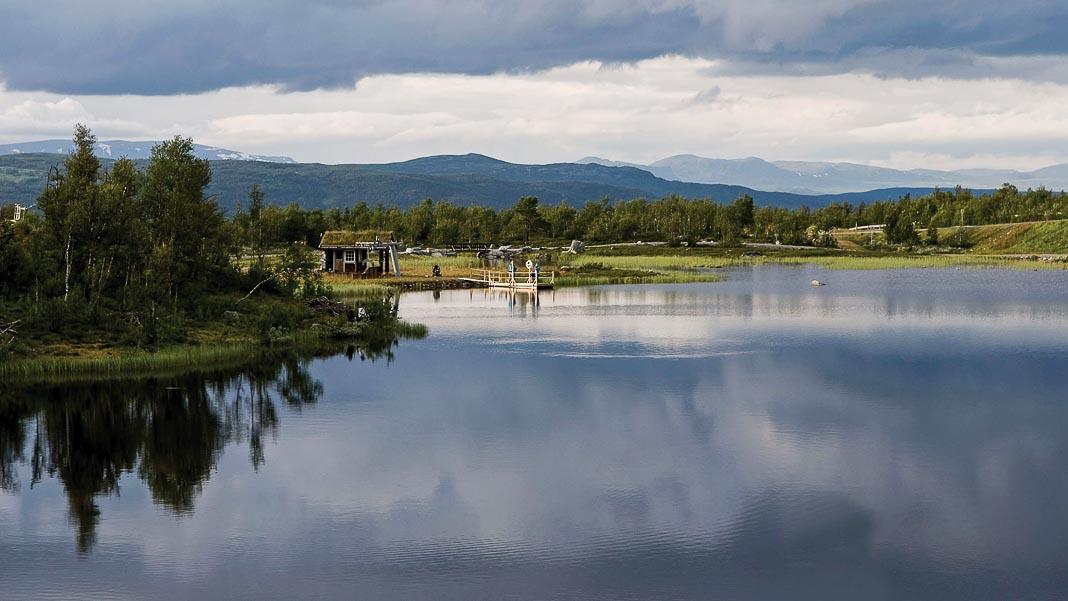Xe lửa đi qua một hồ nước thật đẹp