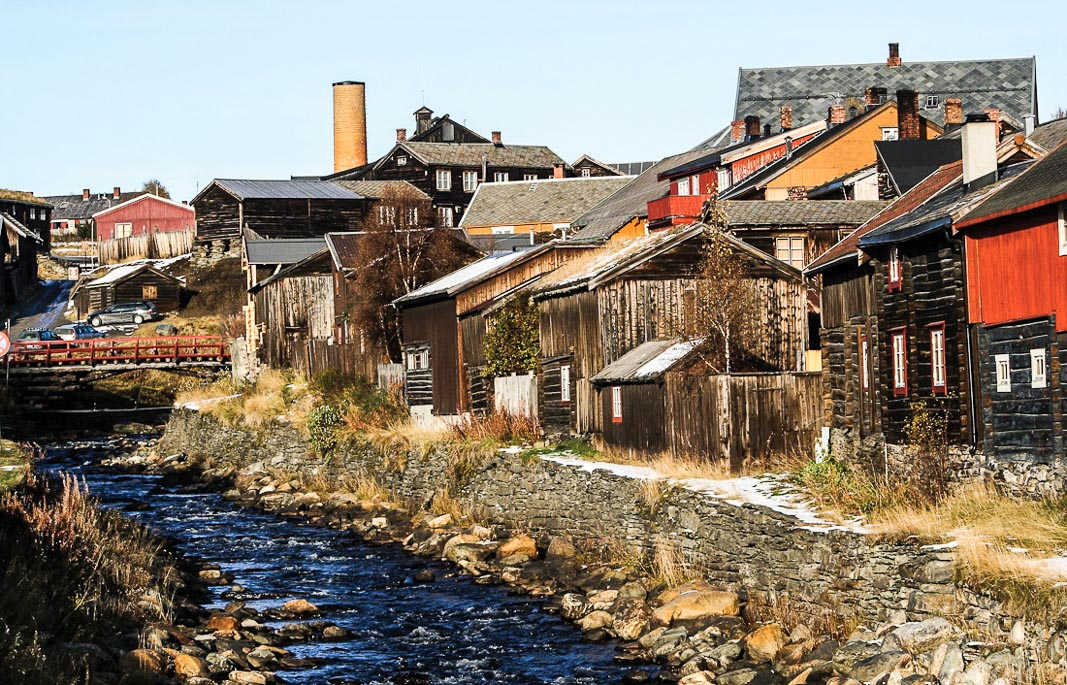 Dòng suối chảy ngang qua thị trấn mỏ đồng