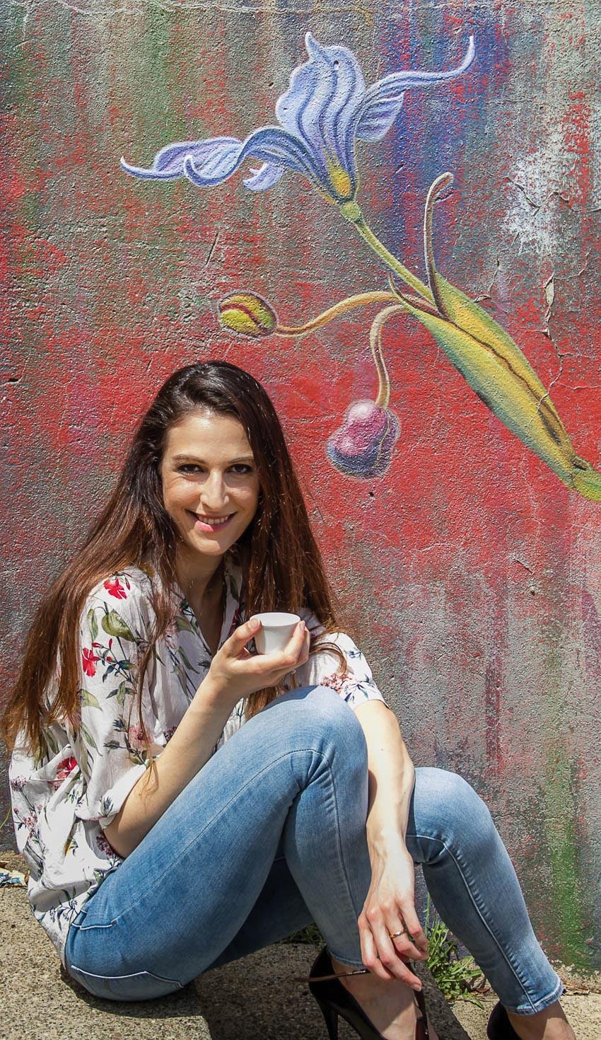 Mona Caron trước một tranh tường của cô