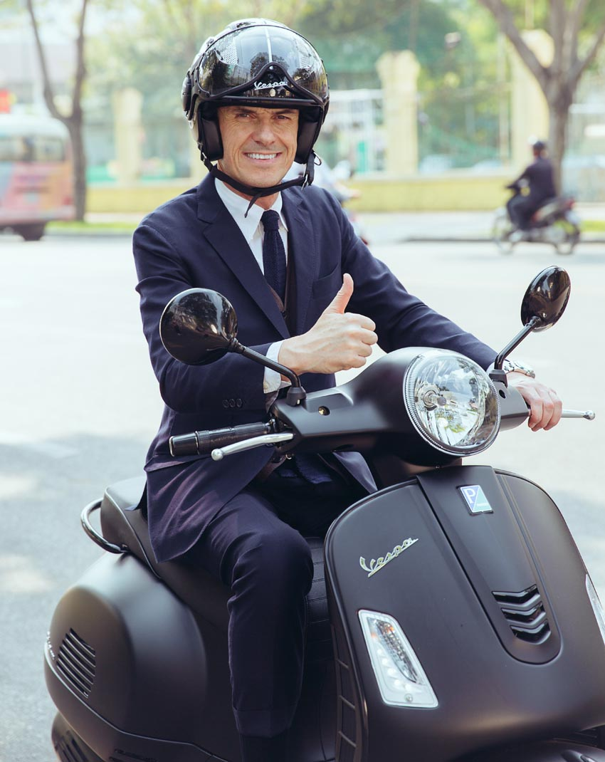 Ông Gianluca và phiên bản Vespa GTS notte mới nhất