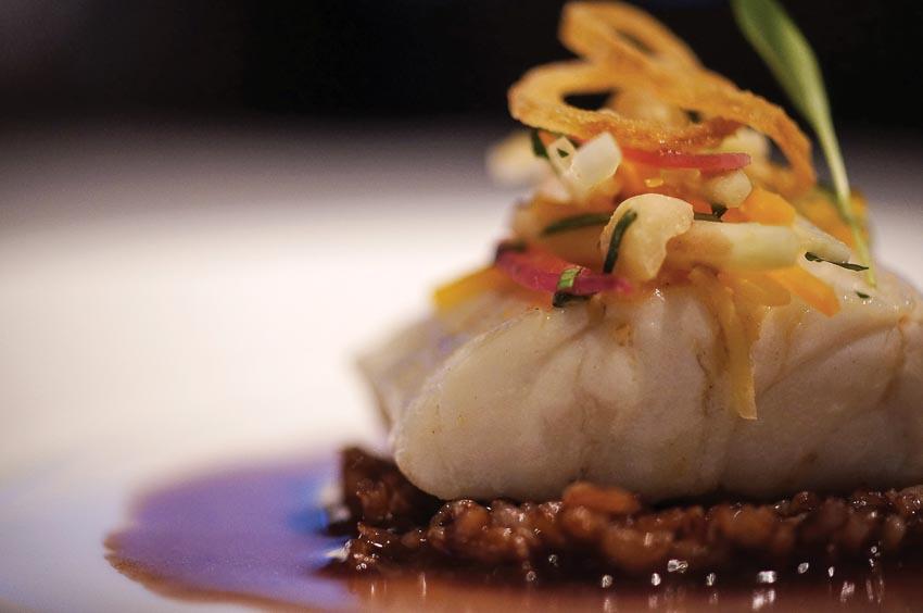 Cá vược thân sọc, cơm gạo đỏ Bhutan, salad đu đủ xanh và xốt giấm đỏ
